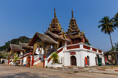 Wat Sri C传统缅甸样式教堂广角看法  免版税库存图片
