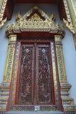 Wat stupa двери работы искусства деревянное samien висок nari в Бангкоке Таиланде Стоковые Изображения