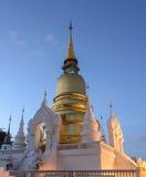 Wat Suan Dok au crépuscule en Chiang Mai, Thaïlande Photos stock
