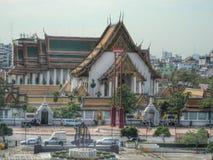 Wat Suthat осмотренное от столичного жителя Бангкока Стоковое фото RF