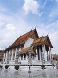 Wat Suthat, o Rama mim templo sob o céu nebuloso Fotografia de Stock