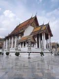 Wat Suthat, o Rama mim templo sob o céu nebuloso Imagem de Stock Royalty Free