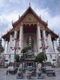 Wat Suthat, o Rama mim templo sob o céu nebuloso Fotografia de Stock Royalty Free