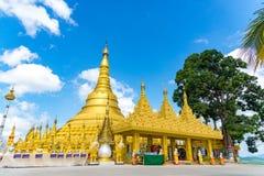 Wat Suwan Khiri simulering av den guld- Shwedagon pagoden, Ranong, arkivbilder
