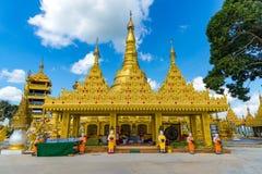 Wat Suwan Khiri simulering av den guld- Shwedagon pagoden, Ranong, arkivfoton