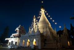 Wat tailandés en la noche Imágenes de archivo libres de regalías