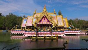 Wat Tham-marot, Tempel, Pavillon mitten in dem Wasser, sehr bunt stock video footage