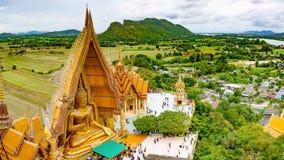 Wat Tham Sua es uno de templos famosos en Kanchanaburi imagenes de archivo