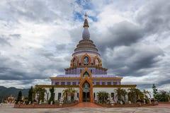 Wat Thaton Crystal Pagoda mit drastischem bewölktem Stockfotografie