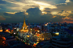 Wat Traimit Witthayaram Worawihan no por do sol, templo do dourado imagens de stock royalty free