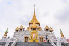 Wat Traimitr Withayaram z obłoczną burzą na niebie Zdjęcia Stock