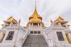 Wat Traimitr Withayaram z obłoczną burzą na niebie Zdjęcie Stock