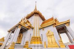 Wat Traimitr Withayaram z obłoczną burzą na niebie Fotografia Stock