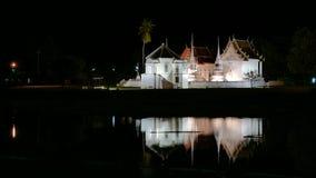 Wat Uposatha Ram, templo en la noche en noche ligera y brillante blancos en el agua Imagen de archivo
