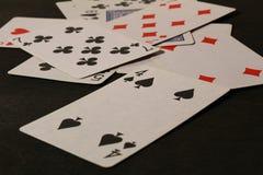 wat van speelkaarten op een hout Stock Fotografie