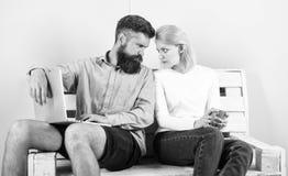 Wat wij die gaan letten op Vind compromis Paar met laptop die op film gaan letten De familie besteedt samen vrije tijd Paar royalty-vrije stock foto's