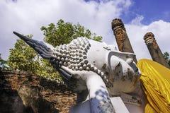 Wat Yai Chai Mongkhon Temple i Phra Nakhon si historiska Ayutthaya parkerar med en vit Buddhastaty som t?ckas med en gul ?mbetsdr arkivbilder