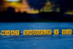 Wat zou ik moeten doen? op houten blokken Kruis verwerkt beeld met bokehachtergrond royalty-vrije stock foto's