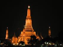 Wata Arun świątynia przy nocą obraz stock