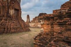 Wata Mahathat świątynia w chmurnym dniu w Ayutthaya, Tajlandia Zdjęcie Stock