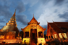 Wata Phra Singh świątynia z iluminacją przy nocą zdjęcie royalty free