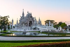 Wata Rong KhunWhite templeat zmierzch w Chiang Raja, Tajlandia Zdjęcie Royalty Free