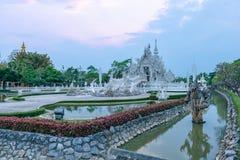 Wata Rong KhunWhite templeat zmierzch w Chiang Raja, Tajlandia Obraz Royalty Free