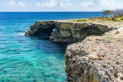 Wataluma峭壁和曲拱-库拉索岛景色 免版税图库摄影
