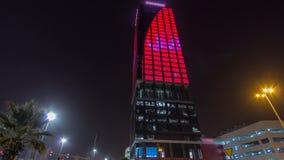 Wataniya establece jefatura del rascacielos iluminado en el hyperlapse céntrico del timelapse de la noche en Kuwait Kuwait, Orien almacen de metraje de vídeo