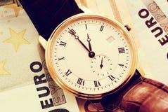 watch för klassisk euro för sedlar guld- royaltyfria bilder