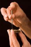 Watch-maker que repara o relógio abradado velho Fotos de Stock Royalty Free