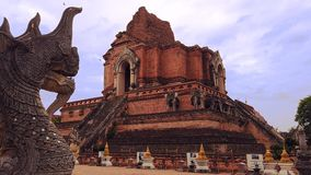 Watchedi luang met hoofd van draak in Voorgrond, Thailand stock video