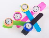 watches färgrik uppsättning av plast- klockor som isoleras på vit Royaltyfria Foton