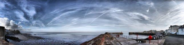 Watchet-Hafen und Küstenlinienpanorama unter einem bewölkten Himmel Stockfoto