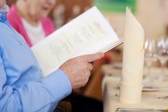 Watchin plus âgé de couples le menu Image libre de droits