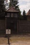 Watchtower en draadomheining in auschwitz-Birkenau Concentratieca royalty-vrije stock afbeelding
