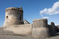 Watchtower i en gammal fästning på den medelhavs- kusten arkivbilder