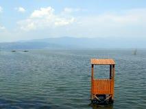 Watchtower i sjön med landskap Royaltyfri Fotografi