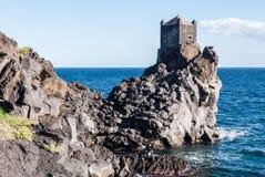 Watchtower op een lavaklip dichtbij Acireale royalty-vrije stock fotografie