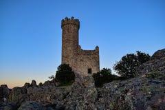 Watchtower van Torrelodones bij zonsondergang met een duidelijke hemel van wolken Royalty-vrije Stock Foto's