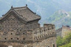 Watchtoweren för stor vägg med det traditionella tegelplattataket Royaltyfri Bild