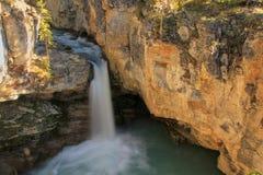 Watefall in der Schönheits-Nebenflussschlucht, Nationalpark des Jaspisses in Alberta Stockfotografie