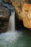 Watefall in der Schönheits-Nebenflussschlucht, Nationalpark des Jaspisses in Alberta Stockbild