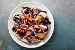 Watelmelon pizza med yoghurt och frukter arkivbilder