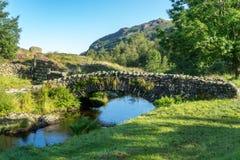 WATENDLATH SJÖ DISTRICT/ENGLAND - AUGUSTI 31: Watendlath Bridg royaltyfri bild