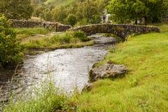 在Watendlath贝克的石桥梁 Watendlath,英国湖区 免版税库存图片