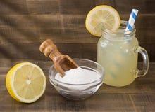 Water, baksel en citroen - de citroen van Citrusvruchtenã- stock foto