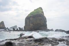 Water bespattende golven op het overzees bij Papuma-Strand, Jember, het Oosten Jawa, Indonesië Royalty-vrije Stock Foto
