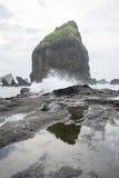 Water bespattende golven op het overzees bij Papuma-Strand, Jember, het Oosten Jawa, Indonesië Stock Afbeelding