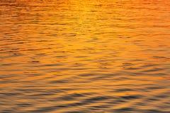Water bij overzees van de zonsondergangtextuur dicht omhooggaand licht Stock Afbeelding